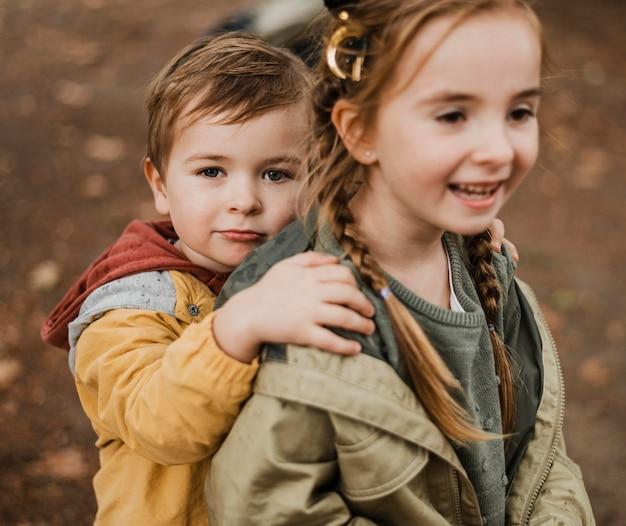 Gelukkige kinderen plezier buitenshuis