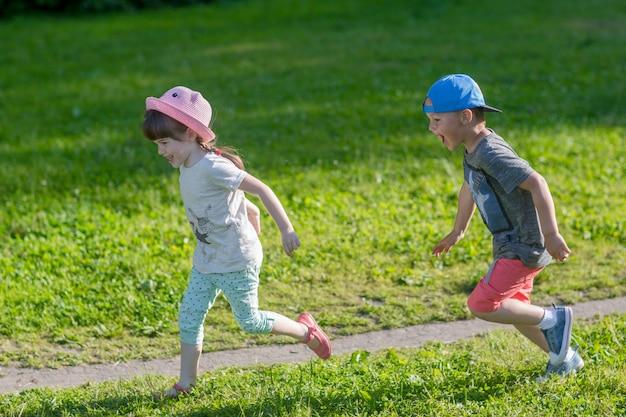 Gelukkige kinderen rondrennen buiten spelen inhaalconcept