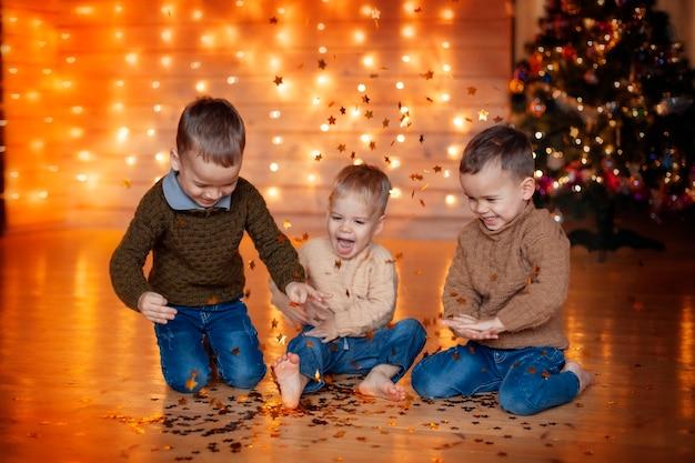 Gelukkige kinderen spelen op eerste kerstdag