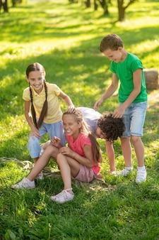 Gelukkige kinderen spelen op gazon in park