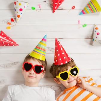 Gelukkige kindvriend in carnaval-partij