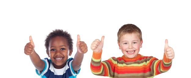 Gelukkige klasgenoten die ok zeggen met hun duimen omhoog geïsoleerd op een witte ruimte