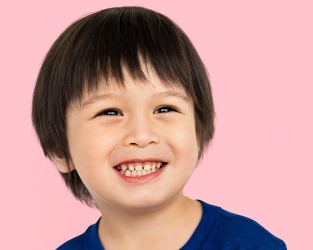 Gelukkige kleine aziatische jongen, lachend gezicht portret