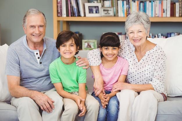 Gelukkige kleinkinderen met grootouders die thuis zitten