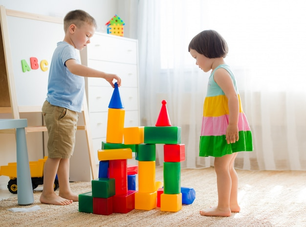Gelukkige kleuters spelen met blokken.