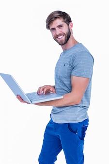 Gelukkige knappe laptop van de mensenholding computer