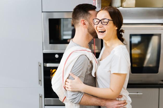 Gelukkige knuffel in de keuken