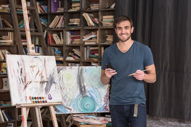 Gelukkige kunstenaar in studio