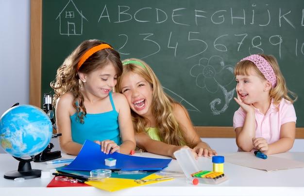 Gelukkige lachende kinderen student meisjes op school klas