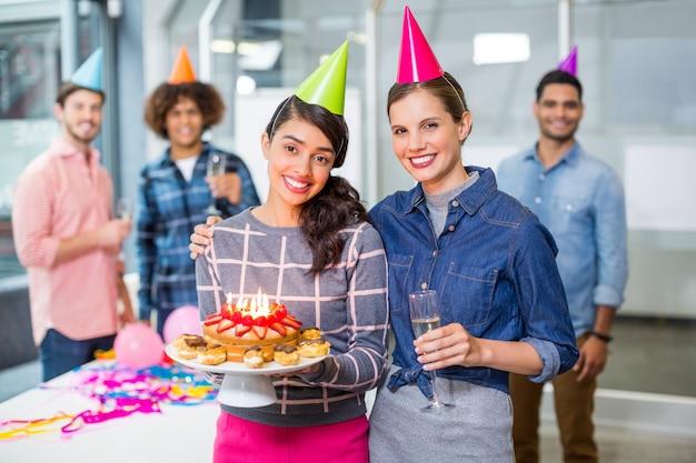 Gelukkige leidinggevenden die de verjaardag van hun collega's vieren