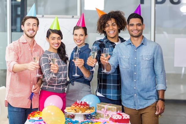 Gelukkige leidinggevenden die glazen champagne houden