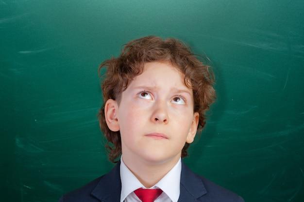 Gelukkige leuke slimme jongen op school. eerste keer naar school. terug naar school.