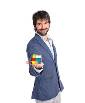 Gelukkige man die een intelligentie spel speelt over witte backgrpund