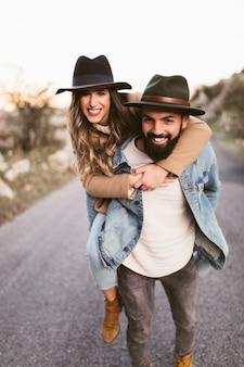 Gelukkige man en vrouw die fotograaf bekijken