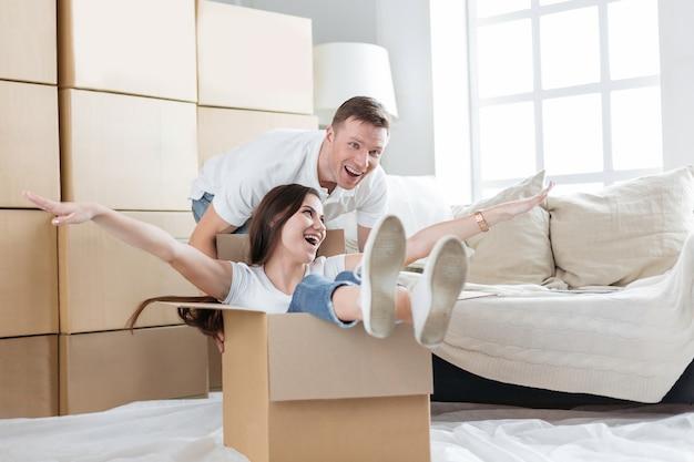 Gelukkige man en vrouw die plezier hebben in hun nieuwe appartement