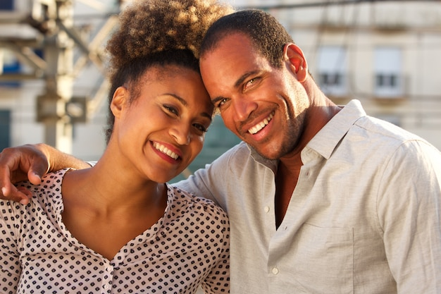 Gelukkige man en vrouw die zich in stad op datum verenigen
