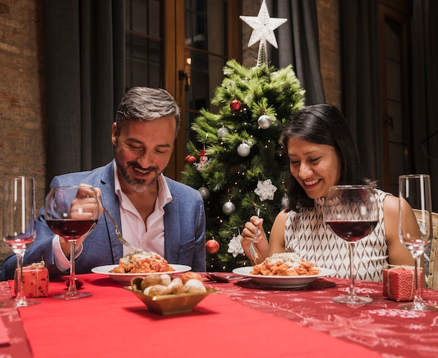 Gelukkige man en vrouwen het vieren kerstmis