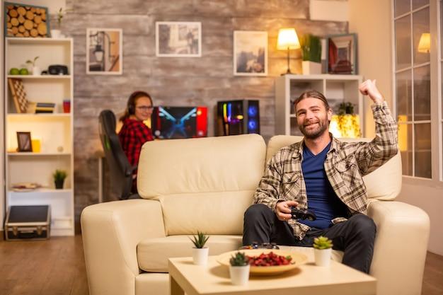 Gelukkige man-gamer die een online streaming-wedstrijd wint.