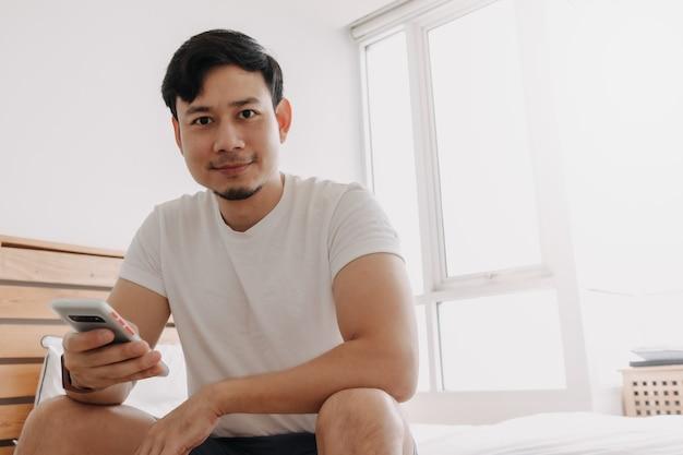 Gelukkige man gebruikt een applicatie op het smartphoneconcept van een betere mobiele app