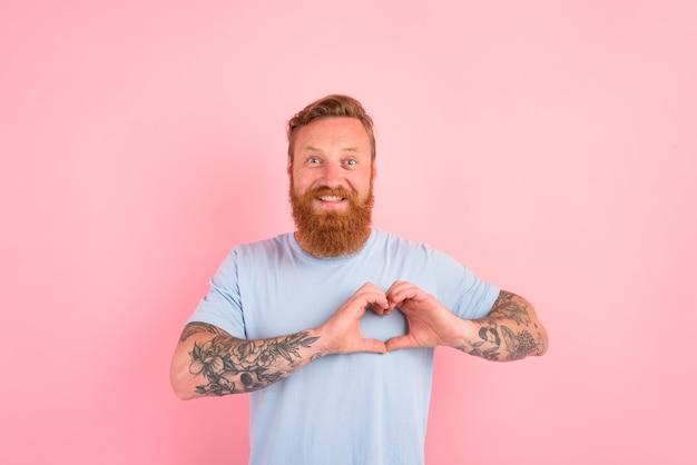 Gelukkige man met baard en lichtblauw t-shirt