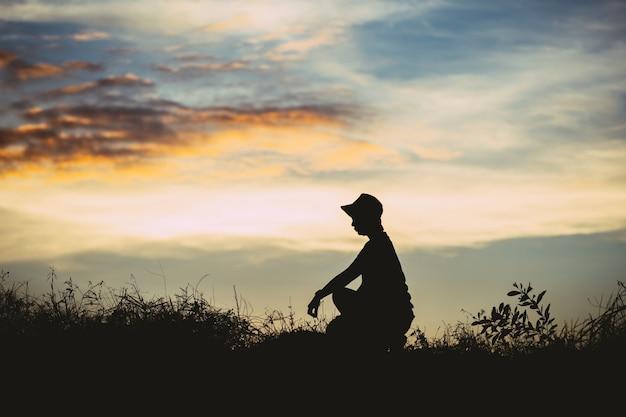 Gelukkige man met open armen staat op de top van de berg en viert succes buiten. mensen, succes
