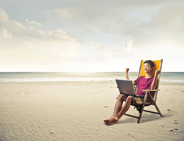 Gelukkige man op het strand