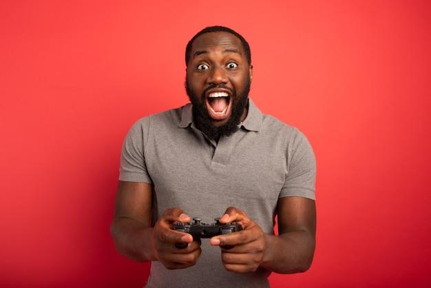 Gelukkige man speelt met een videogame