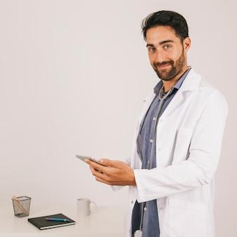Gelukkige medische dokter die met de ipad werkt