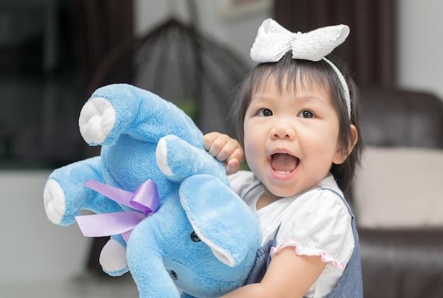 Gelukkige meisje het spelen elephent pop, het leren concept
