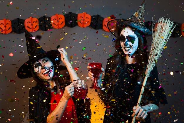 Gelukkige meisjes bij een halloween feest