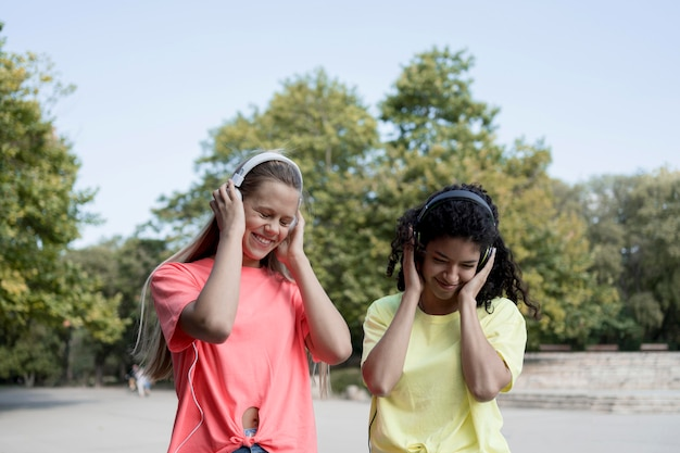 Gelukkige meisjes die hoofdtelefoons dragen