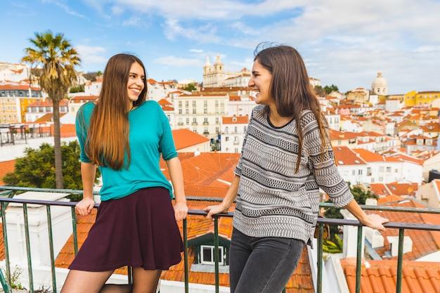 Gelukkige meisjes die van een mooie mening in lissabon genieten