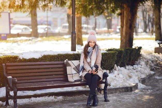 Gelukkige meisjes in een de winterstad
