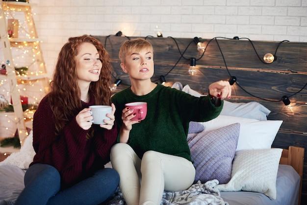 Gelukkige meisjes kersttijd doorbrengen in bed