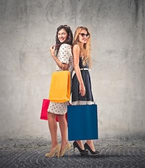 Gelukkige meisjes met boodschappentassen