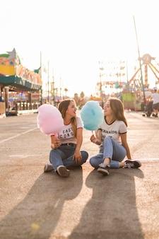 Gelukkige meisjes met plezier in het pretpark