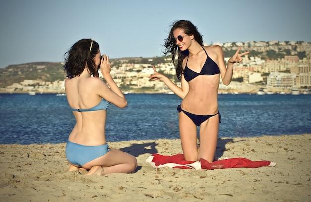 Gelukkige meisjes op het strand