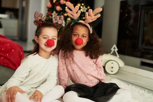 Gelukkige meisjes zijn klaar voor kerstmis