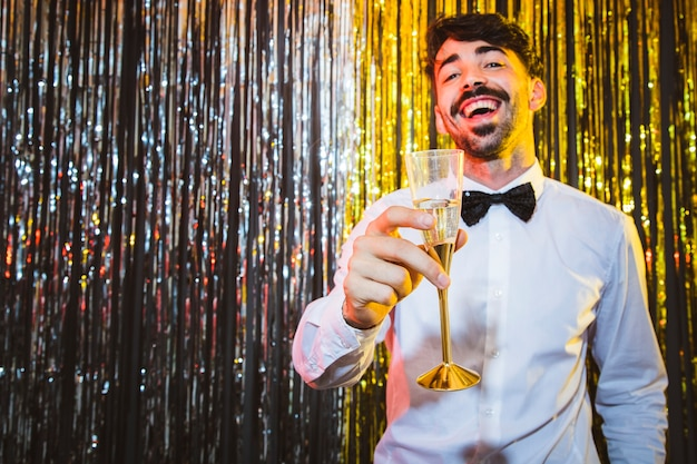 Gelukkige mens die nieuw jaar viert