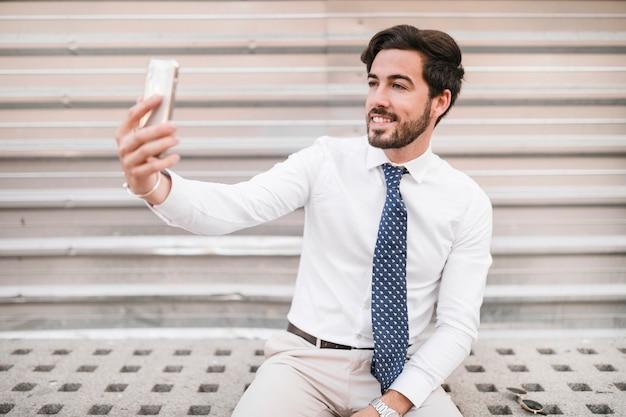 Gelukkige mens die selfie met smartphone nemen