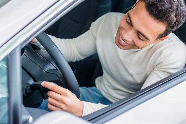 Gelukkige mens in het autohandel drijven