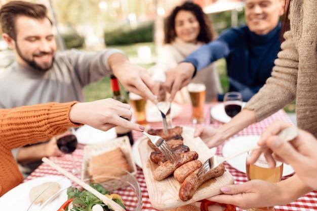 Gelukkige mensen brengen tijd samen met vrienden door.