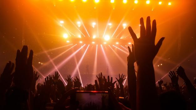 Gelukkige mensen dansen in nachtclub partijconcert