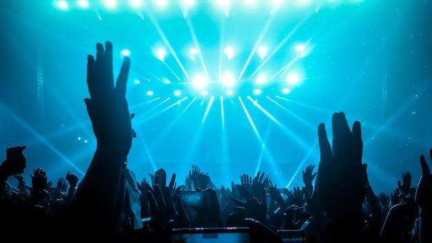 Gelukkige mensen dansen in nachtclubfeestconcert Premium Foto