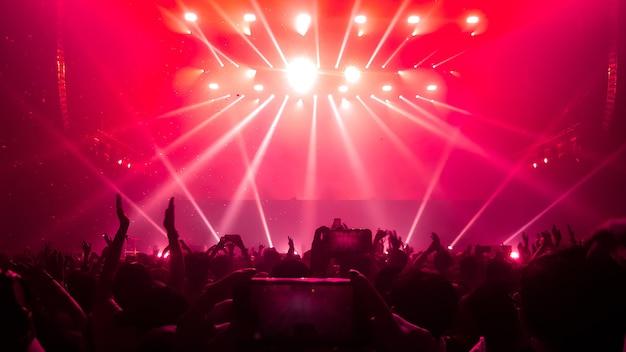 Gelukkige mensen dansen in nachtclubfeestconcert