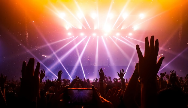 Gelukkige mensen dansen in nightclub party concert