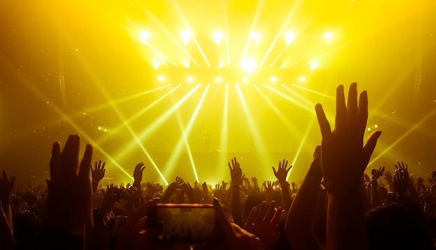 Gelukkige mensen dansen in nightclub party concert