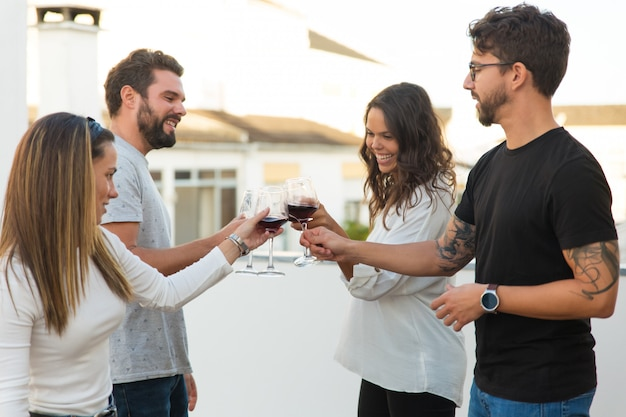 Gelukkige mensen die wijn roosteren en gebeurtenis vieren