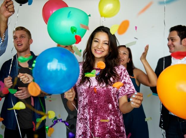 Gelukkige mensen met ballonnen