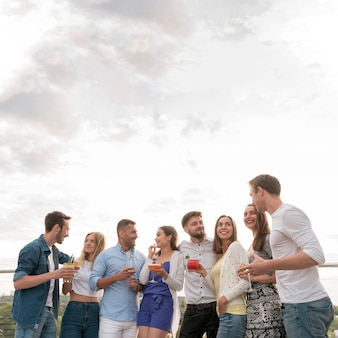 Gelukkige mensen op een feestje